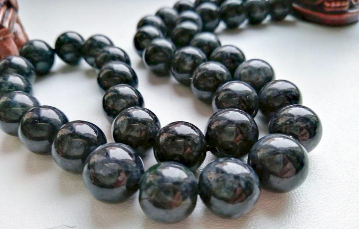 Черный нефрит: необычные свойства камня
